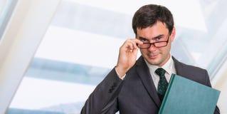 Portrait d'homme d'affaires réussi dans le costume formel Images stock