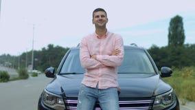 Portrait d'homme d'affaires réussi près de voiture banque de vidéos