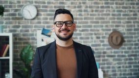 Portrait d'homme d'affaires réussi souriant regardant la caméra dans le bureau banque de vidéos