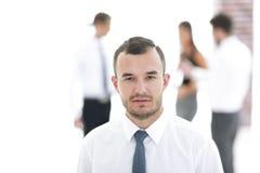 Portrait d'homme d'affaires réussi sur le fond brouillé Images libres de droits