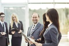 Portrait d'homme d'affaires réussi sur le fond de l'équipe et du bureau d'affaires Photo stock