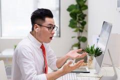 Portrait d'homme d'affaires se reposant au bureau et ayant l'appel visuel image libre de droits