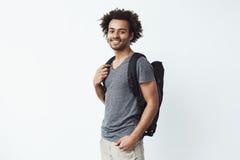 Portrait d'homme africain gai avec regarder de sourire de sac à dos prêt pour la reproduction photographique à partir en long voy Photo libre de droits