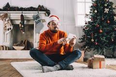 Portrait d'homme attirant avant Noël photo stock