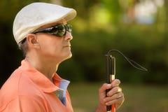 Portrait d'homme aveugle se reposant en parc de ville Photos stock