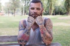 Portrait d'homme barbu avec des coudes sur la table Image stock