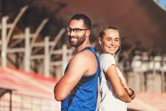 Portrait d'homme barbu sportif et de femme blonde photographie stock libre de droits