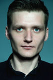 Portrait d'homme bel à la mode dans une chemise noire posant l'OV Image stock