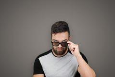 Portrait d'homme bel avec la barbe et les lunettes de soleil Image libre de droits