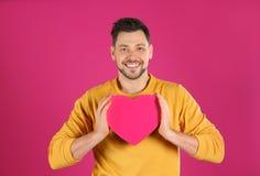 Portrait d'homme bel avec le coeur d?coratif images stock