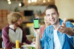 Portrait d'homme bel avec Smartphone Photos stock