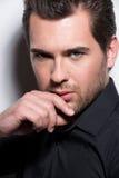 Portrait d'homme bel dans la chemise noire. Images stock