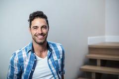 Portrait d'homme bel de sourire images stock