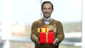 Portrait d'homme bel donnant les boîtes actuelles banque de vidéos