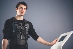 Portrait d'homme bel près d'électro machine de stimulation de muscle Images stock