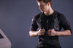Portrait d'homme bel près d'électro machine de stimulation de muscle Image stock