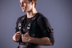 Portrait d'homme bel près d'électro machine de stimulation de muscle Images libres de droits