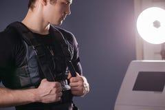 Portrait d'homme bel près d'électro machine de stimulation de muscle Photos libres de droits