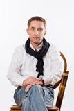 Portrait d'homme caucasien bel dans une chemise blanche photos libres de droits