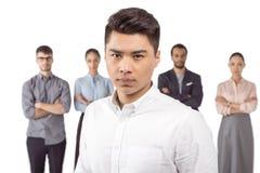 Portrait d'homme d'affaires asiatique se tenant devant ses collègues Photo stock