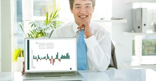 Portrait d'homme d'affaires avec le graphique sur l'ordinateur portable au bureau dans le bureau images libres de droits