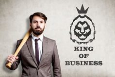 Portrait d'homme d'affaires barbu avec la batte de baseball près du béton Photo libre de droits