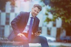 Portrait d'homme d'affaires bel tenant le téléphone portable Image stock