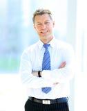 Portrait d'homme d'affaires de sourire heureux dans un bureau moderne Photo libre de droits