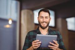 Portrait d'homme d'affaires gai tenant le comprimé numérique image libre de droits