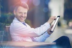 Portrait d'homme d'affaires gai utilisant le comprimé numérique Image stock