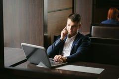 Portrait d'homme d'affaires parlant sur son smartphone en café Photo libre de droits