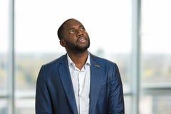 Portrait d'homme d'affaires regardant vers le haut Images libres de droits