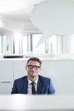 Portrait d'homme d'affaires sûr avec la bulle de la parole dans le bureau Photographie stock libre de droits