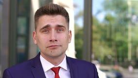 Portrait d'homme d'affaires triste près du bâtiment moderne banque de vidéos