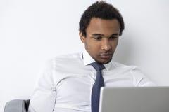 Portrait d'homme d'Afro-américain regardant l'écran Images stock