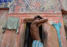 Portrait d'homme d'Inde à sa cabane à Varanasi Image libre de droits
