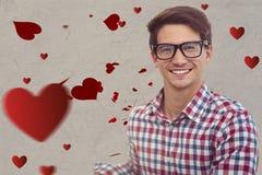 Portrait d'homme de ballot dans les lunettes contre les coeurs rouges digitalement produits Image libre de droits