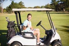 Portrait d'homme de golfeur montrant des pouces  Images stock