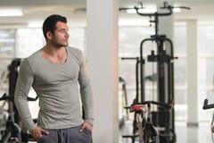 Portrait d'homme de muscle dans le T-shirt vert photos stock