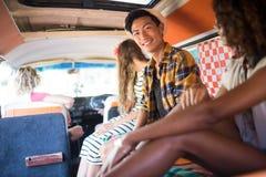 Portrait d'homme de sourire avec des amis dans le camping-car Photo stock
