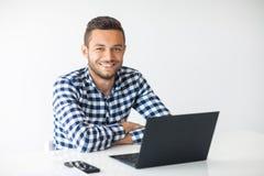Portrait d'homme de sourire bel avec l'ordinateur portable Photographie stock libre de droits