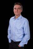 Portrait d'homme de sourire Relaxed d'affaires dans la chemise bleue Photographie stock