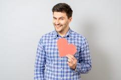 Portrait d'homme de sourire tenant le coeur de papier rouge de pixel Photo stock