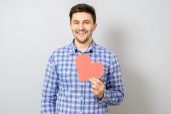 Portrait d'homme de sourire tenant le coeur de papier rouge de pixel Image libre de droits