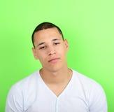 Portrait d'homme fatigué sur le fond vert Photographie stock libre de droits