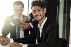 Portrait d'homme heureux d'affaires de sourire Images stock