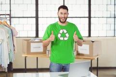 Portrait d'homme heureux en réutilisant le T-shirt de symbole montrant des pouces  Photographie stock libre de droits