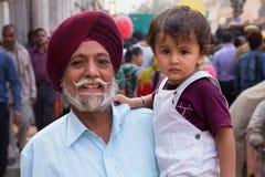 Portrait d'homme indien avec le jeune garçon marchant chez Chandni Chowk, Photo libre de droits