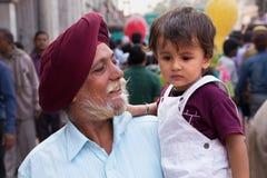 Portrait d'homme indien avec le jeune garçon marchant chez Chandni Chowk, Photographie stock