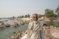 Portrait d'homme indien avec les habillements blancs, dehors sur la rivière chez Ocrhha, Inde Image libre de droits
